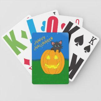 Gullig Scruffy Halloween kattunge som leker kortdä Spelkort