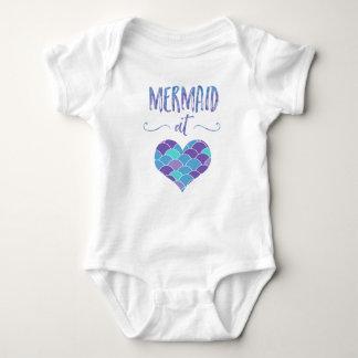 Gullig sjöjungfru på hjärtababybodysuiten t-shirt