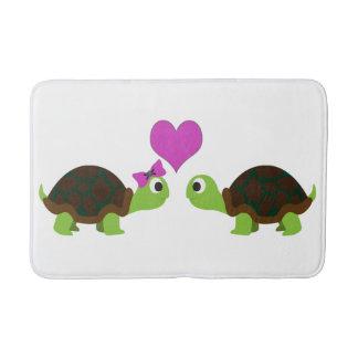 Gullig sköldpaddakärlek badrumsmatta