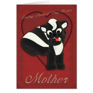 Gullig skunk för mors dagkort som fostrar söndag hälsningskort