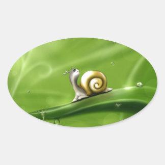 Gullig snigel i regna ovalt klistermärke