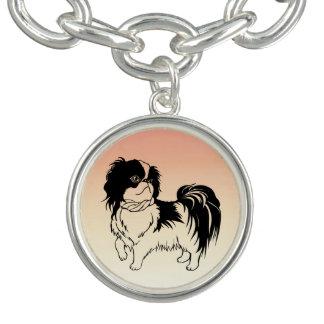 Gullig svartvit hund på det orange armband
