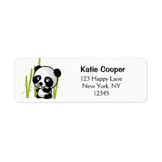 Gullig svartvit pandabjörn i en bambudunge returadress etikett