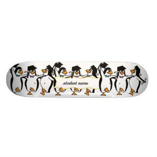 Gullig tecknad som avlägger examen pingvin old school skateboard bräda 21,6 cm