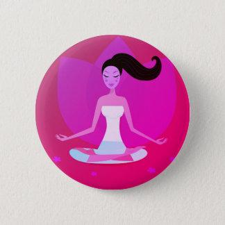 Gullig yogaflicka för hand plockade standard knapp rund 5.7 cm