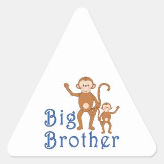 Gulliga apor för storebror triangelformat klistermärke