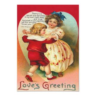Gulliga barn som dansar hjärtabröllopinbjudan 12,7 x 17,8 cm inbjudningskort