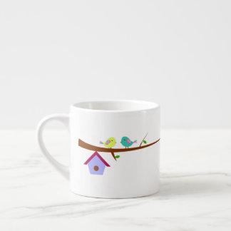Gulliga fåglar på grenar espressomugg