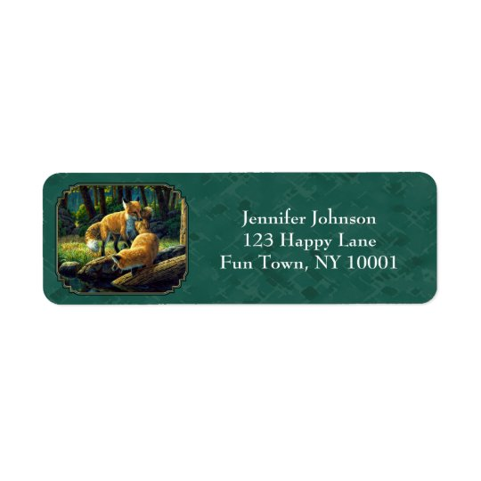 Gulliga rävvalper som leker skoggrönt returadress etikett