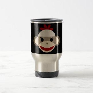 Gulligt le sock monkeyansikte på röd svart resemugg