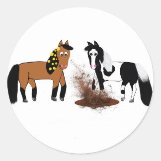 Gulligt leka för tecknadhästar runt klistermärke