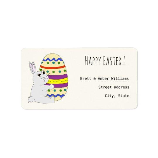 Gulligt målat ägg för påskhare innehav adressetikett