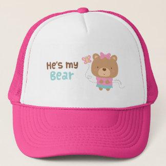 Gulligt roa kopplar ihop den kvinnliga björnen och truckerkeps