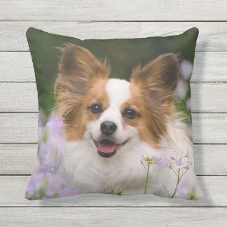 Gulligt romantiskt porträtt för Papillon hund - Utomhuskudde