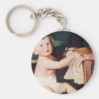 Gulligt småbarn för vintage som leker med rund nyckelring