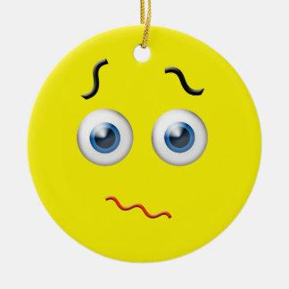 Gult förvirrat Emoji anpassningsbarnamn Rund Julgransprydnad I Keramik