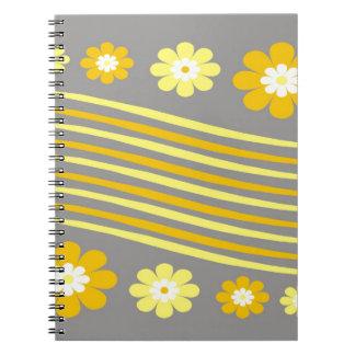 Gultrandar och blommor på grått anteckningsbok med spiral