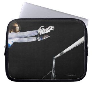 Gymnast (9-10) som ner för ojämna pubar 2 laptop sleeve