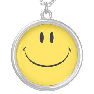 Ha ett retro smiley facehalsband för trevlig dag halsband med rund hängsmycke