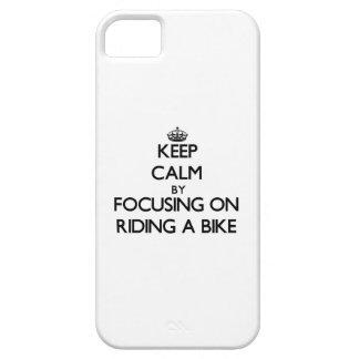 Håll lugn genom att fokusera på att rida en cykel