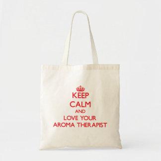 Håll lugn och älska din aromterapeut tote bags