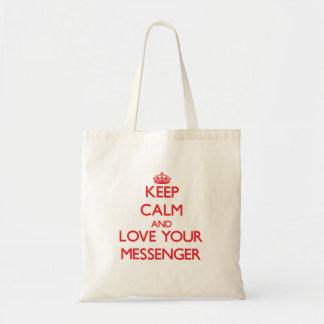 Håll lugn och älska din budbärare tote bags