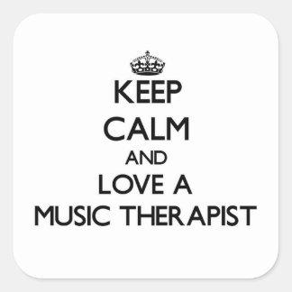 Håll lugn och älska en musikarapist fyrkantigt klistermärke