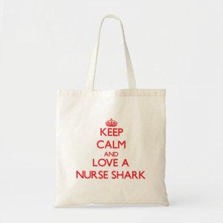 Håll lugn och älska en sjuksköterskahaj tote bags