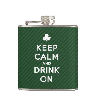 Håll lugn och dricka på - den roliga St Patrick fl Fickplunta