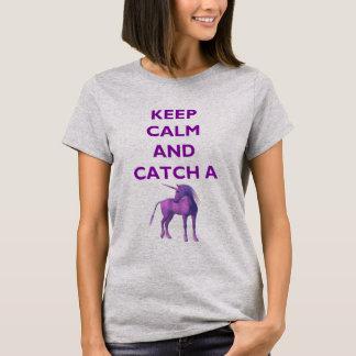 Håll lugn och fånga en purpurfärgad UnicornT-tröja T-shirt