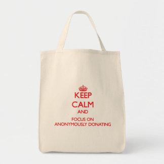 Håll lugn och fokusera på ANONYMOUSLY ATT DONERA Tote Bags