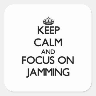 Håll lugn och fokusera på att sitta fast fyrkantiga klistermärken