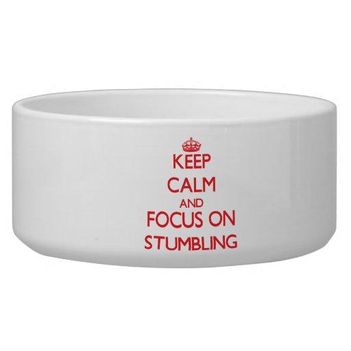 Håll lugn och fokusera på att snubbla hundmatskål