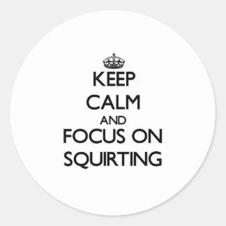Håll lugn och fokusera på att spruta runda klistermärken