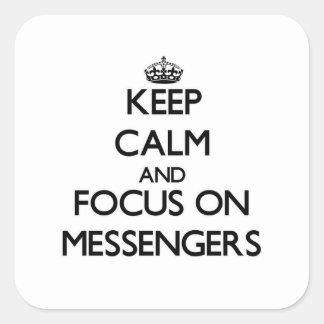 Håll lugn och fokusera på budbärare fyrkantigt klistermärke