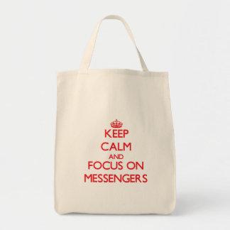Håll lugn och fokusera på budbärare tote bags