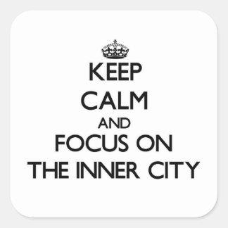 Håll lugn och fokusera på centra fyrkantigt klistermärke