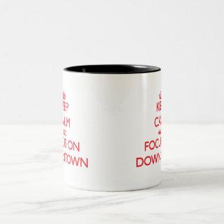Håll lugn och fokusera på centra kaffe kopp