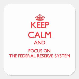 Håll lugn och fokusera på det federalt reserverar fyrkantigt klistermärke
