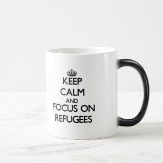 Håll lugn och fokusera på flyktingar magisk mugg