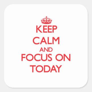 Håll lugn och fokusera på i dag fyrkantigt klistermärke