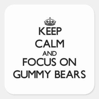 Håll lugn och fokusera på klibbiga björnar fyrkantigt klistermärke