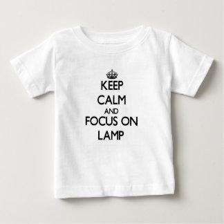 Håll lugn och fokusera på lampan t shirts