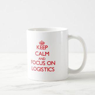Håll lugn och fokusera på logistik vit mugg