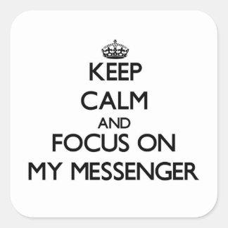 Håll lugn och fokusera på min budbärare fyrkantiga klistermärken