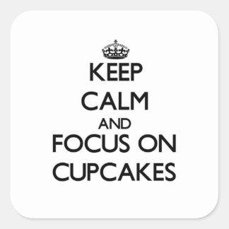 Håll lugn och fokusera på muffins fyrkantigt klistermärke