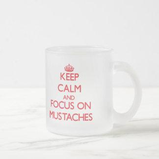 Håll lugn och fokusera på mustascher kaffe kopp