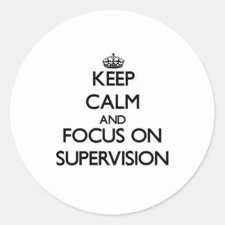Håll lugn och fokusera på övervakning rund klistermärke