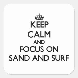 Håll lugn och fokusera på sanden och surfa fyrkantigt klistermärke