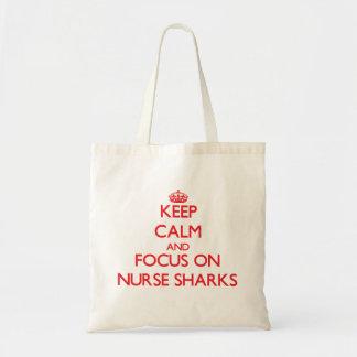 Håll lugn och fokusera på sjuksköterskahajar tote bag
